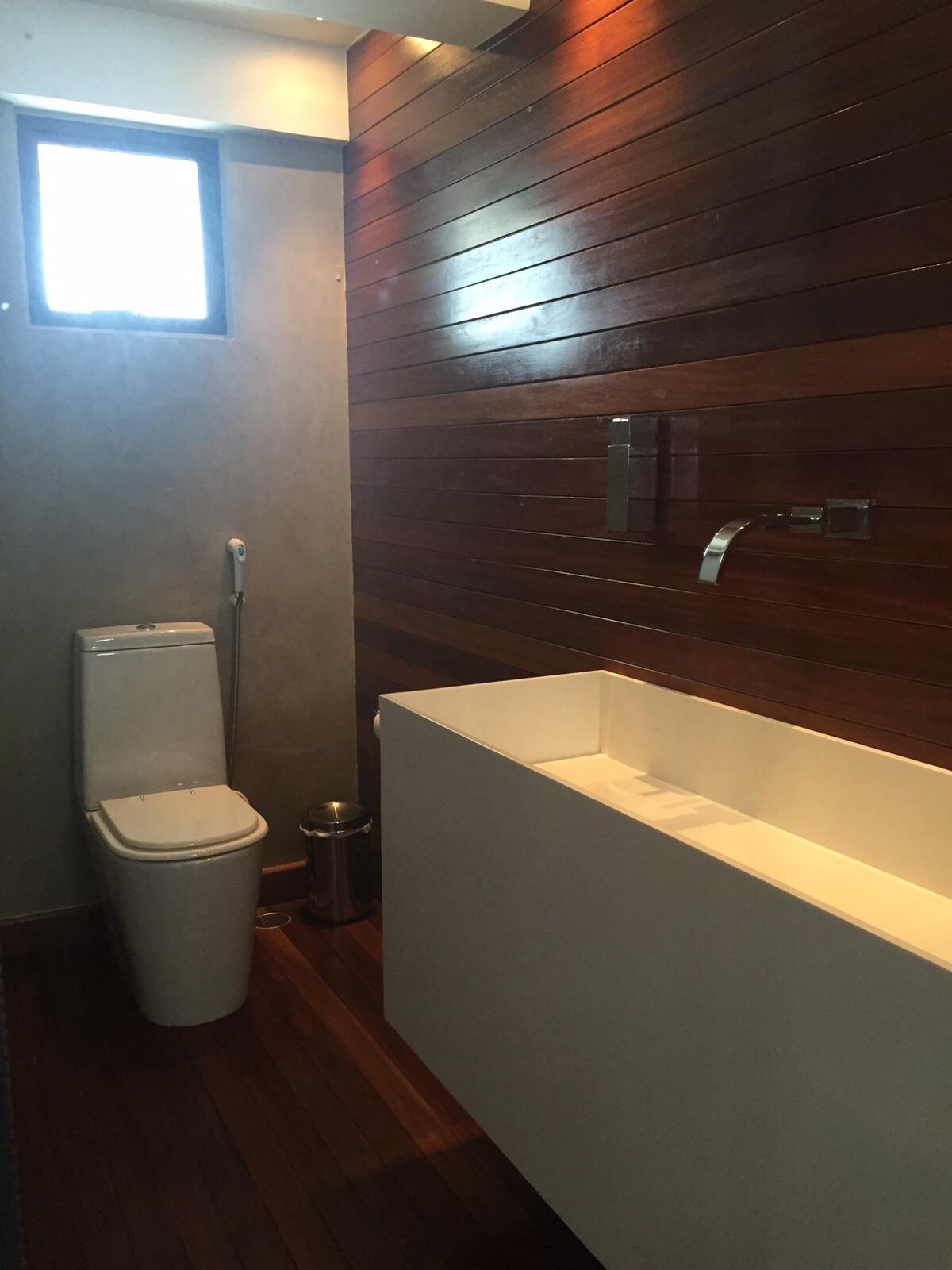 Serviço de confecção e assentamento de Deck e Painel de Parede confeccionados em Madeira Jatobá. Executado de acordo com o projeto dos arquitetos Waleska Agra e Daniel Lemos.